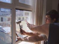 Мастер ремонтирует ПВХ окно